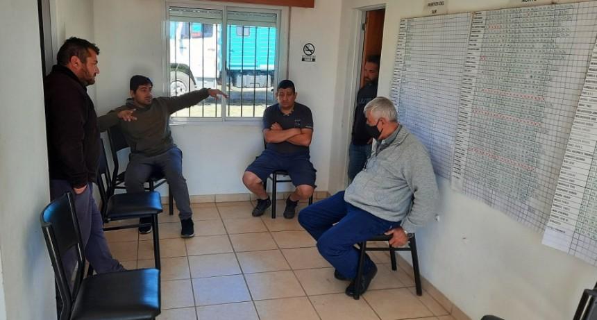 Dirigente de Fe.Tr.A con autoridades del Centro de Transportistas de Villa Mugueta.